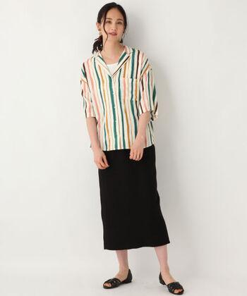 カラフルなラインが素敵なシャツ。こちらをメインにするために、タイトな黒スカートに、同色のオープントゥを合わせてシックさを演出。