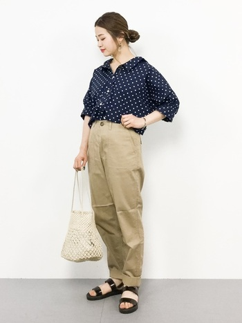 お馴染みのドット柄は、チノパンに合わせてガーリーなシャツにカジュアルさをプラス。ヘアをタイトにまとめると、お仕事モードにもぴったり♪