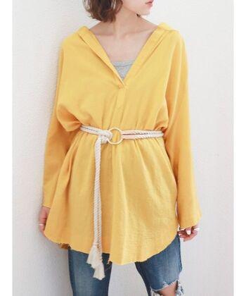 鮮やかイエローのシャツは、ロープベルトでウエストマーク。ロング丈でもメリハリが出てスタイルアップできます。インナーにはライトグレーをチョイスし、落ち着き感も演出。