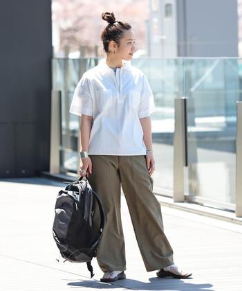 フロントのジップが効いたデザインのワークシャツ。胸元の両ポケットが小気味良いアクセントになっています。ワイドボトムやリュックでボーイッシュさを盛り上げつつ、まとめ髪とアクセサリーで女性らしさも忘れずに。