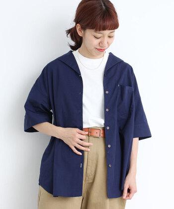 深いネイビーのシャツには、爽やかな白T+チノパンの爽やかコンビを合わせましょう。OFFとは言えど、ネックレスやヘアスタイルで女性らしさも忘れずに。