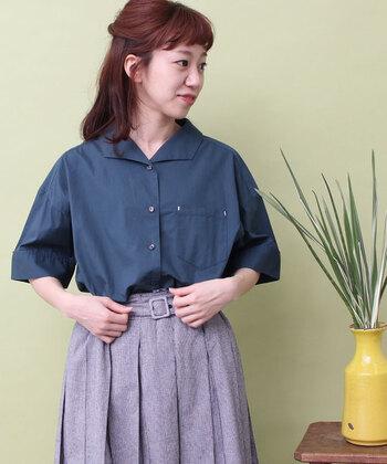 青みの強いグリーンのシャツは、ベルト付きのボトムにINしてきちんとコーデに。イタリアンカラーのシャツだからこそ、程よい力の抜けた雰囲気があり、コーデが固くなりすぎない所が嬉しいですね。