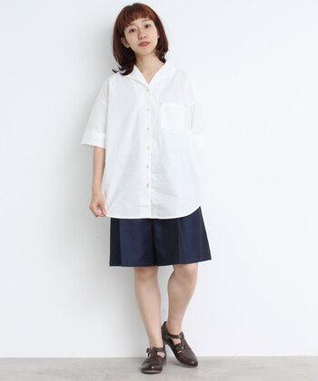 白のイタリアンカラーシャツには、ネイビーのシンプルボトムを合わせてスクールガール風に。シャツは外に出して縦ラインを強調することで、「学生服感」を上手に軽減させています。