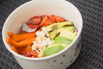 プチトマト、にんじん、アボカド、ピーマンなどの野菜のほか、雑穀のキヌアやモツァレラチーズを入れたブッダボウル。乳製品をプラスすることでコクもアップします。