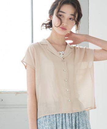 襟付きのシャツ・ブラウスは、きちんとして見えるだけでなく、前を開けて羽織として着たり、ボトムにINして着たりと、着こなしのバリエーションがとても豊富です!今回は、襟付きシャツの種類別におしゃれな着こなし方をご紹介します。