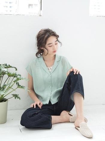 涼やかな透け感のあるブルーライクなグリーンのシャツには、レースのあしらわれたインナーを。ゆったりめのデニムと、楽ちんシューズでオフモードなコーデに。シャツのおかげでラフ過ぎない雰囲気に仕上がるのが、嬉しいですね♪