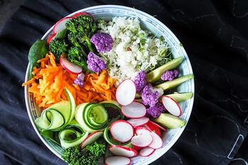 紫のカリフラワーやラディッシュなど、色鮮やかな野菜を使うことで、見た目も華やかで生命力あふれるブッダボウルになります。写真のようにきゅうりをくるくると巻くなど、ちょっとした盛り付け方でもおしゃれさがアップしますね。