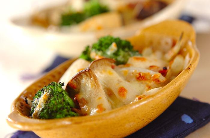 エリンギ、玉ねぎ、ベーコン、ブロッコリー、ピザ用のチーズで作る「エリンギのチーズ焼き」。エリンギとチーズは相性バッチリ。野菜たっぷりでベーコンも入りボリュームも◎のレシピはこれだけで満足できそう。