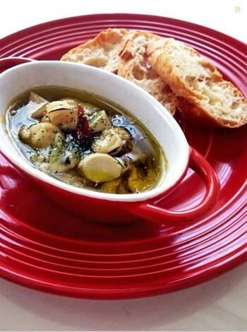 エリンギ、ホタテの水煮缶、ニンニクなどを耐熱性の器に入れ、オーブントースターで加熱するだけの簡単オシャレなレシピ。缶詰や気軽に購入できる材料で手早く作れて、エリンギの食感と香辛料のピリッとした味わいがクセになる、おつまみに最適なレシピです。