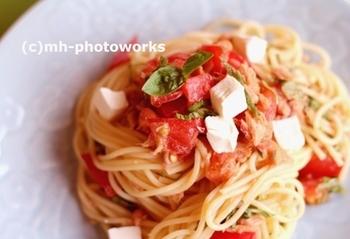 火を使わず手軽に作れるトマトソースは、ツナを使ってコクと旨味のある味わいに。パスタは茹で時間を1分プラスすると、流水で洗ったときにちょうど良くなります。トマト、バジル、クリームチーズの組み合わせは、間違いない美味しさです。
