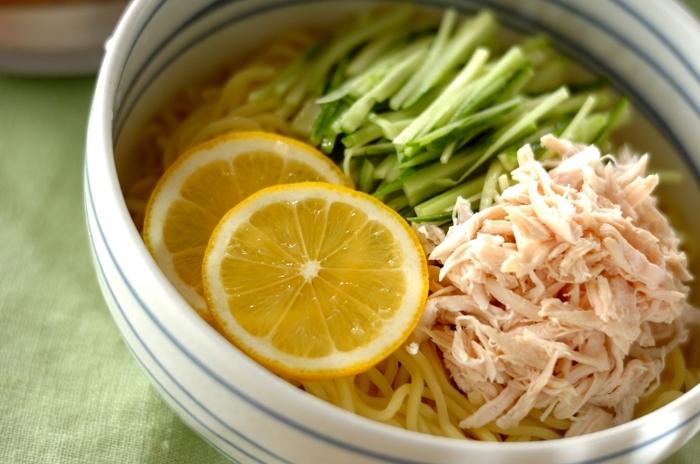 ひんやり&さっぱり味のラーメンは、夏バテ気味の体にうれしい一杯。1個分のレモン汁を使うため、爽やかな酸味が口いっぱいに広がります。きゅうりと鶏ささみのトッピングもよく合います。