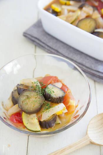 トマト・なす・ズッキーニなど夏野菜をふんだんに使ったラタトゥイユ。コンソメだけのシンプルな味付けで夏野菜の美味しさを味わいましょう。カラフルで彩りもよく、食卓も華やぎそうですね。