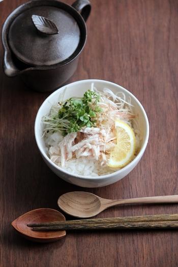 ごはんにささみやネギ、ミョウガなどの具材を盛り付けて、冷蔵庫で冷やしたスープをかけたらできあがり。ささみは余熱で火を通すことで、しっとりと仕上がります。サラッと食べられるのがうれしいですね。
