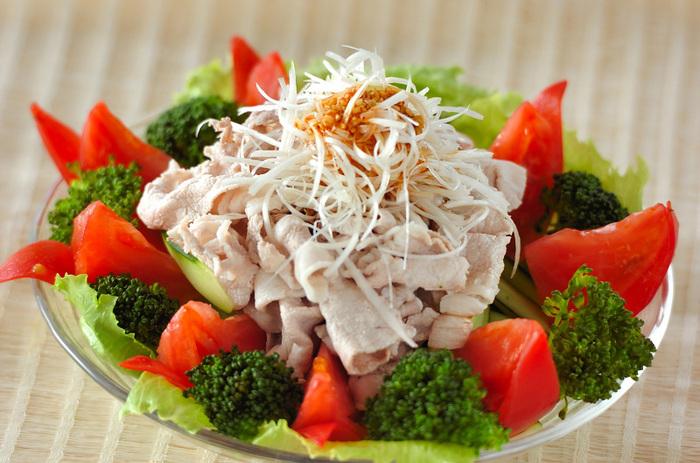 夏の定番豚しゃぶサラダ。豚肉といえば疲労回復におすすめのビタミンB1が豊富なので、夏バテ防止にもってこいのメニューなんです。  にんにく・長ネギと組み合わせることでさらにおいしさがアップして、最強のスタミナサラダの完成!