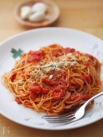 お店で大人気のあのパスタも、トマト缶を使ってお家で簡単に作れちゃいます!!  にんにくのいい香りが食欲をそそり、コクのあるトマトソースがパスタに絡む絶品です。にんにくトマトソースの作り方を覚えておくといろんなメニューに応用できますよ☆