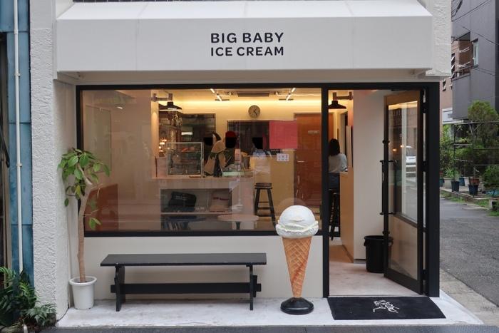 東急東横線新丸子駅から徒歩3分のアイス屋さん「BIG BABY ICE CREAM(ビッグベイビーアイスクリーム)」。夜遅くまでオープンしているこちらのお店では、アイスクリームと一緒にアルコールや自家製ドリンクなども楽しむことができます。