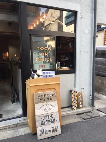 新日本橋駅から徒歩1分、アメリカの街角を思わせる外観がオシャレな「Mighty steps coffee stop(マイティステップスコーヒーストップ)」は、コーヒーとアイスクリームが人気のお店。ナチュラルで落ち着ける空間です。
