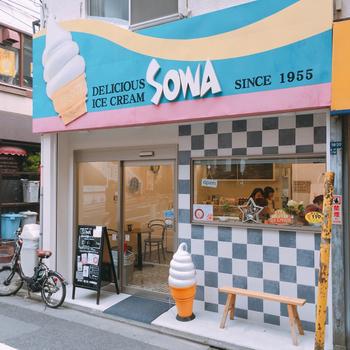 神谷町駅から徒歩3分、オフィス街のど真ん中にある「SOWA(ソーワ)」は、創業1955年の老舗のソフトクリーム屋さん。大きなソフトクリームが掲げられたレトロポップな看板が目を引きます。