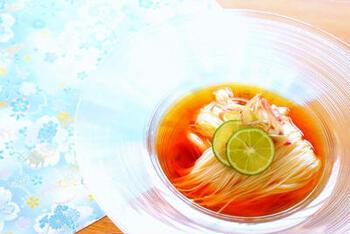麺つゆの中に浮かぶ美しい素麺。タコ糸で素麺を結んで茹でるのがポイントです。長さを揃え流れを意識すことで、まとまり感が出て美しい盛り付けになります。
