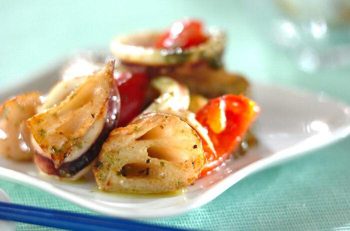 どんな料理もバジルを加えるだけで、イタリア風に。炒め物もいつもの味に飽きたら、隠し味にバジルペーストを加えてみましょう。 こちらのレシピは、レンコンとイカとトマトを炒めて、最後にバジルペーストで味つけしています。バジルは、鶏肉や魚介類、夏野菜によく合うので食材を選ぶときの参考にしてみてくださいね。