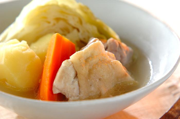 ポトフやシチュー、カレーといった煮込み料理には、ぜひローリエを加えてみて。ローリエの葉の表面は固くて精油成分が出にくいので、折り目を入れたり、切り込みを入れると、より一層香りが引き立ちます。