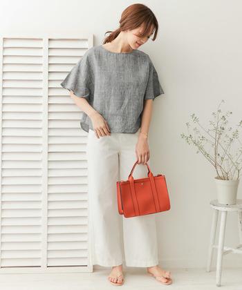 リネン素材のシャツ×ホワイトパンツの組合せが、爽やかな春夏シーズンにぴったりです。明るいカラーの小物を差し色にするだけで、シーズンライクな着こなしが完成します。