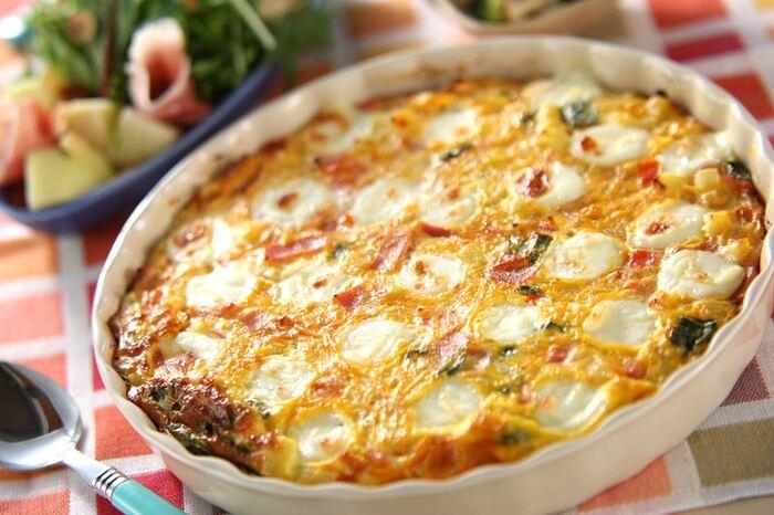卵とチーズとの相性もいいので、チーズオムレツにフレッシュバジルを入れても美味しいですよ。 オープンオムレツにすると特別感が増します。フレッシュバジルとモッツアレラチーズを、炒めたベーコン、玉ねぎ、ポテト、トマトと一緒に耐熱容器に入れて、卵液を注ぎオーブンで焼いて仕上げます。
