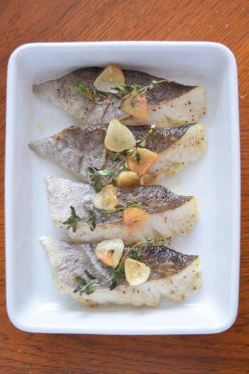 殺菌効果があるタイムは、魚の生臭さを消してくれます。タイムの使い方に迷ったら、まずは、魚料理に使うと覚えておきましょう。 タラに塩こしょうで下味をつけ、スライスオニオンとタイムをのせ、オリーブオイルをかけてオーブンで焼き上げます。