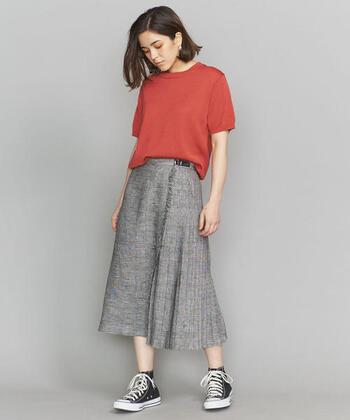 クラシカルなグレンチェックのキルトスカートは、サイドに入ったプリーツデザインが上品な雰囲気です。カラートップスと組み合わせることで、女性らしくて華やかな雰囲気に。スニーカーでカジュアルダウンした着こなしも可愛いですね。