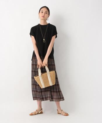 こちらのグレンチェックのプリーツスカートは、ふんわりと広がる軽やかなシフォン素材が涼しげな印象です。バッグやサンダルなどの小物にメタリックカラーを取り入れることで、より鮮度の高い着こなしが楽しめますよ。