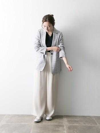 春夏のシンプルコーデのアクセントには、グレンチェックのジャケットもおすすめです。一枚さらりと羽織るだけで、コーディネート全体を大人っぽい雰囲気に仕上げてくれます。