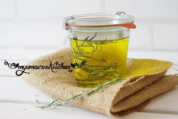 ローズマリーを直接料理に使うのはハードルが高いという人は、オリーブオイルに漬け込んで、香りを移して使ってみて。 消毒した瓶にオイル入れ、ローズマリーを枝ごと漬け込みます。あとは、ドレッシングや炒め物に使って、手軽にハーブの香りを楽しみましょう。