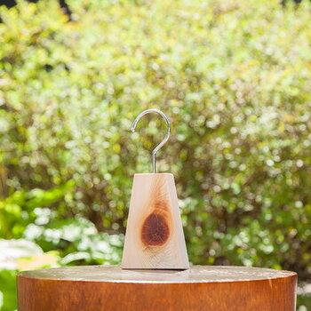 人には心地良いと感じられるヒノキの香りも、実は衣類に付く虫にとっては苦手な匂いなのだそう。木曽の木工芸ブランド【木曽生活研究所】が手がけるアイテムには、そんなヒノキを使ったアロマフックがあります。