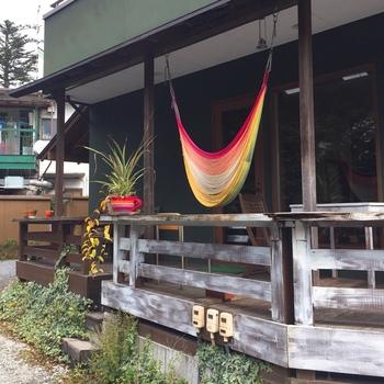 店内にはカラフルなハンモックが。観葉植物もたくさん飾られていて、南国リゾートっぽい雰囲気が漂っています。