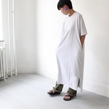 マキシ丈のTシャツワンピースにゆったりとしたワイドパンツを合わせた楽ちんコーデ。大振りピアスで女性らしさをプラスしているのがポイントです。