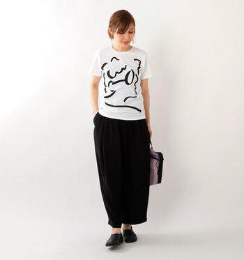 オシャレなグラフィックTシャツはそれだけでセンスアップが叶う、頼りになる一枚。インパクトはありますがワントーンで描かれたシンプルなイラストなので、大人の女性にぴったりです。全身をモノトーンでまとめるとさらに品の良さが漂う大人っぽいスタイリングに。