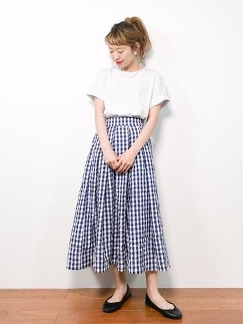 白Tとギンガムチェックのスカートの組み合わせは、海外の女の子を思い出させる組み合わせ。鮮やかなリップもよく似合います。