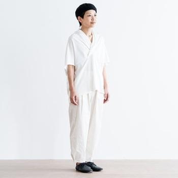 夏らしいスタイリングと言えば、さわやかなオールホワイトの着こなし。襟元にギャザーをよせた上品なTシャツをセレクトすれば、ワンランク上のコーディネートが完成します。帽子やシューズはブラックで引き締めて。