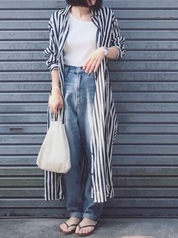 ストライプのシャツワンピースとデニムを合わせて。色数を抑え白とブルーで統一することで、爽やか涼しげな雰囲気を演出できます。
