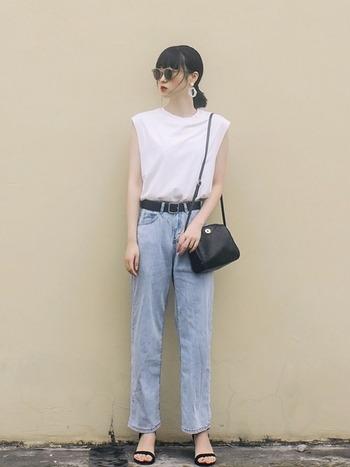 サングラスやバッグなど、小物使いにこだわると、まるで雑誌に出てきそうなモデルさんのようなコーディネートに。シンプルなのに華があり素敵なスタイルです。