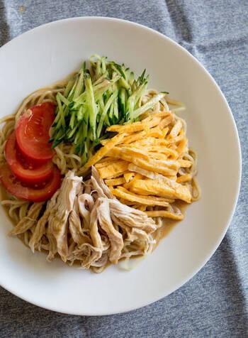 こちらはねりごまを使った、濃厚なごまだれレシピです。具材用の茹で鶏のゆで汁を使うのが美味しく作るポイント!鶏を使わない場合は、鶏がらスープの素を使って手軽に作っても◎