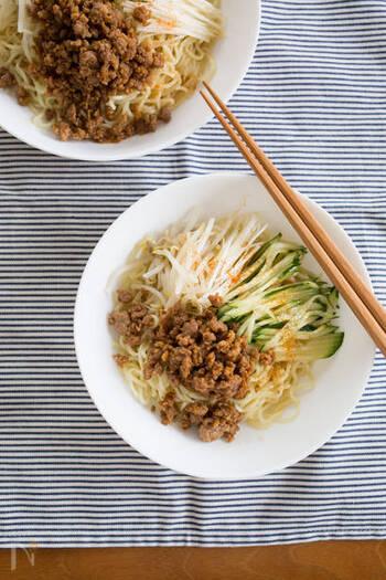 辛いものが苦手な人にもおすすめの、担々麺風冷やし中華のレシピ。お肉が甘辛で濃いめの味つけなので、めんつゆメインのシンプルな汁でも美味しくいただけます。
