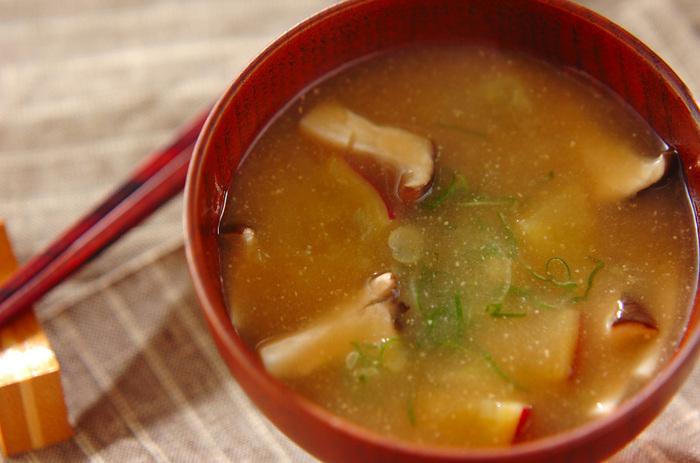 エリンギとサツマイモで作る食物繊維がたっぷりのお味噌汁。キノコ類はお味噌汁との相性もバッチリで、さらに甘いサツマイモが入ることでより美味しくいただけそう。