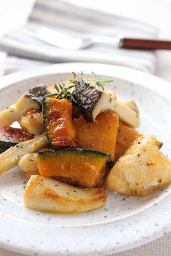 エリンギ、鶏肉、カボチャを炒めて作る「鶏肉とエリンギ、かぼちゃのガリバタしょうゆ炒め」。カットするのが大変なカボチャも、よくスーパーマーケットで売っているスライスしてあるカボチャを使えば、簡単に作れて時短にもなります。