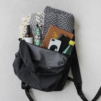 大口になっているので、ガバッとチャックを開けて荷物を出し入れできます。外側のポケットには、ペットボトルや折りたたみ傘など、用途に合わせて使い分けてみてくださいね。