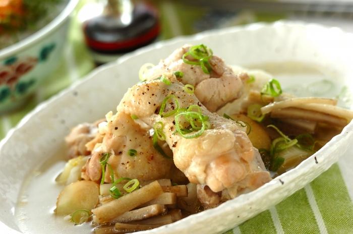 骨付き鶏手羽元を使った「サムゲタン風 鶏手羽元煮込み」は、旨味たっぷりのスープとホロホロの鶏肉がおいしいレシピ。血行促進や疲労回復が期待できる鶏肉、胃の粘膜を保護してくれる長芋、新陳代謝を促進してくれるごぼう、身体を温めてくれる長ネギ・しょうが・にんにくも入っています。