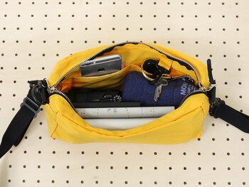 中には小分けのポケット、そして鍵を取り付けられる便利なスペースもありますよ。コンパクトなのに、折りたたみ傘なども入ってしまう収納力。