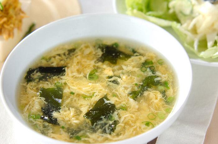 ふわふわの卵とやさしい味わいが美味しい「卵とわかめのスープ」。卵のタンパク質は、体温を保つための熱をつくり出してくれる栄養素。ビタミンやミネラルを含むわかめは、血行を良くしてくれる他、むくみの改善にもいいとされています。