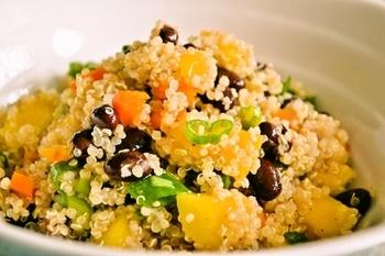 トロピカルな甘さのマンゴーと、栄養豊富なスーパーフードのキヌア、そしてひよこ豆を組み合わせたフルーティなブッダボウル。一晩味をなじませると、朝食にぴったりのパワーボウルができあがります。