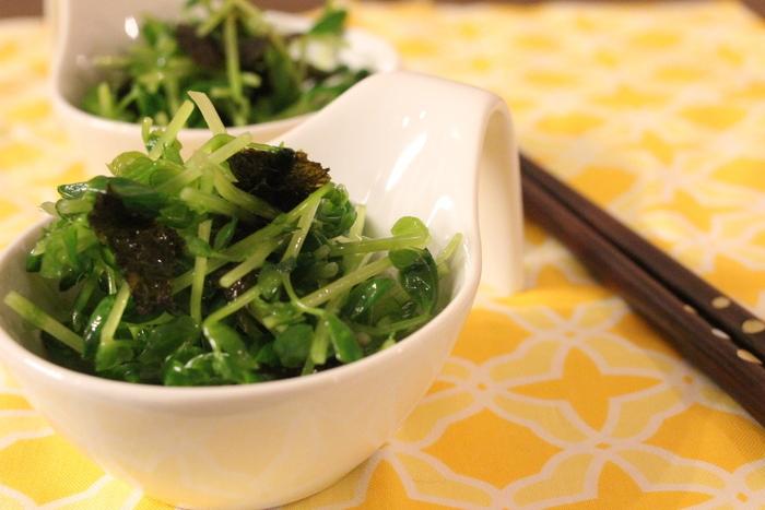 シャキシャキとした豆苗の食感が楽しい「豆苗のやみつきサラダ」。血行を整えてくれるビタミンE以外にβカロテンも豊富な豆苗と食物繊維が豊富な海苔が入った、お腹とお肌に嬉しいレシピです。